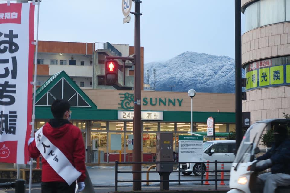 サニーの向こうの油山は雪化粧でした